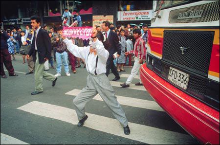 Mimespelers als verkeersregelaars in Bogotá, Columbia.